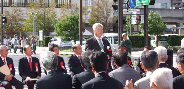 除幕式で挨拶する石橋理事長
